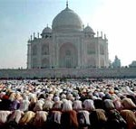 indian muslims praying at taj mahal